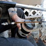 Canon khuyên dùng búa và cưa để tháo kính lọc mắc kẹt