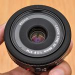 Trên tay ống kính pancake Canon 40mm cho cả FF và crop