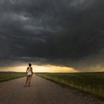 Cô gái đi khắp nơi đón bão